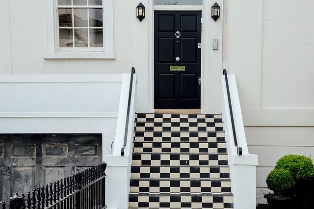 kostkované schody, černé dveře