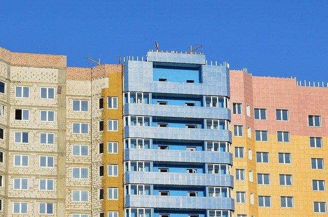 vysoký barevný dům