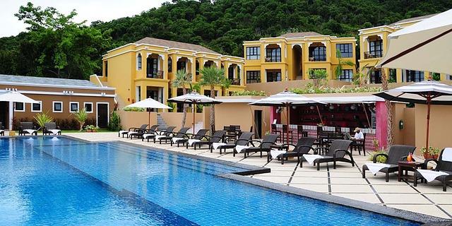 žlutý hotel bazén, lehátka