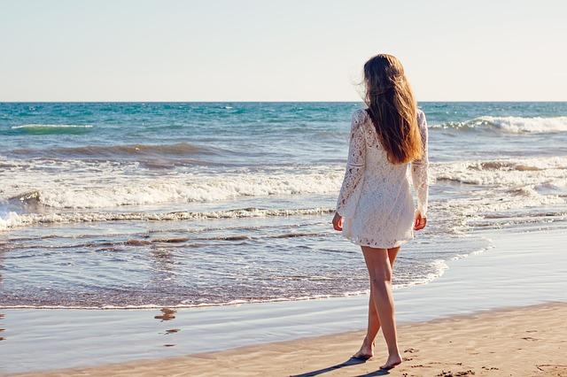 bílé šaty na pláži