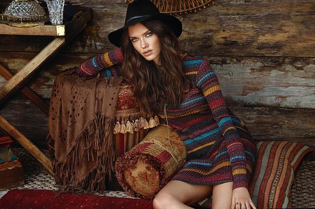dívka v pruhovaném svetru