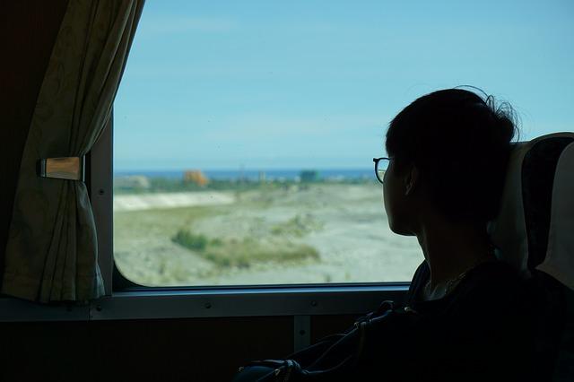 chlapec v autobuse