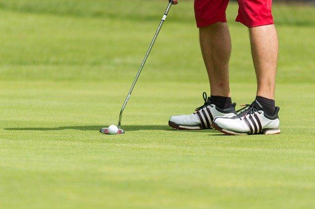 golfista před odpalem
