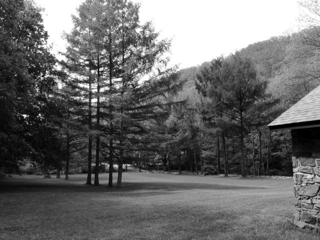 černobílá fotografie, kousek obydlí