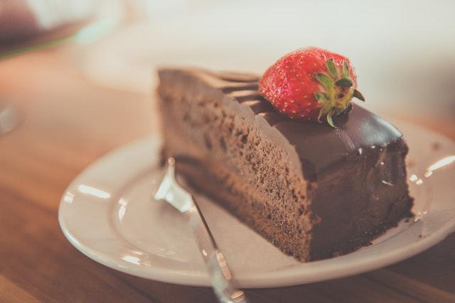 čokoládový dort, jahoda