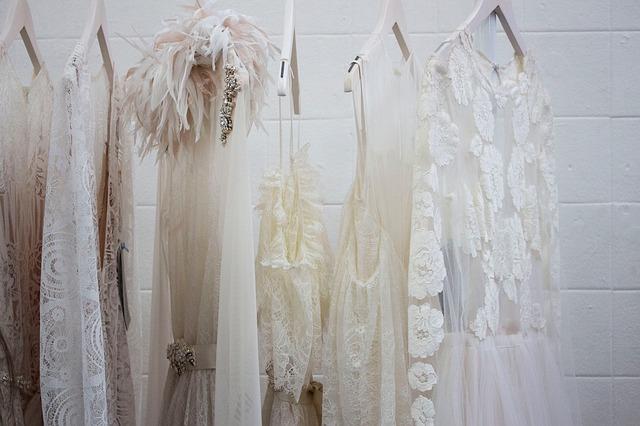 bílé šaty, ramínka